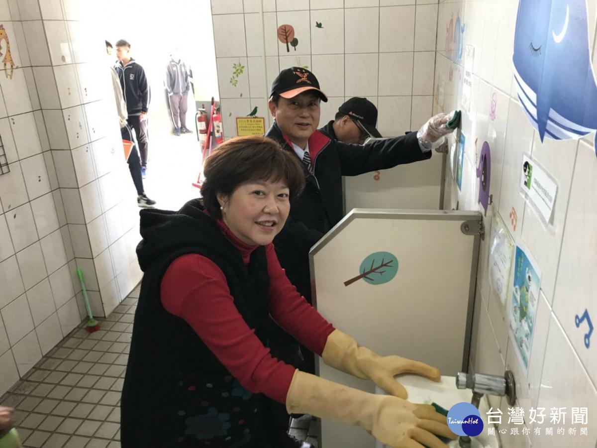 嘉陽高中全校師生一起掃廁所 以言教身教貫徹謙卑感恩精神