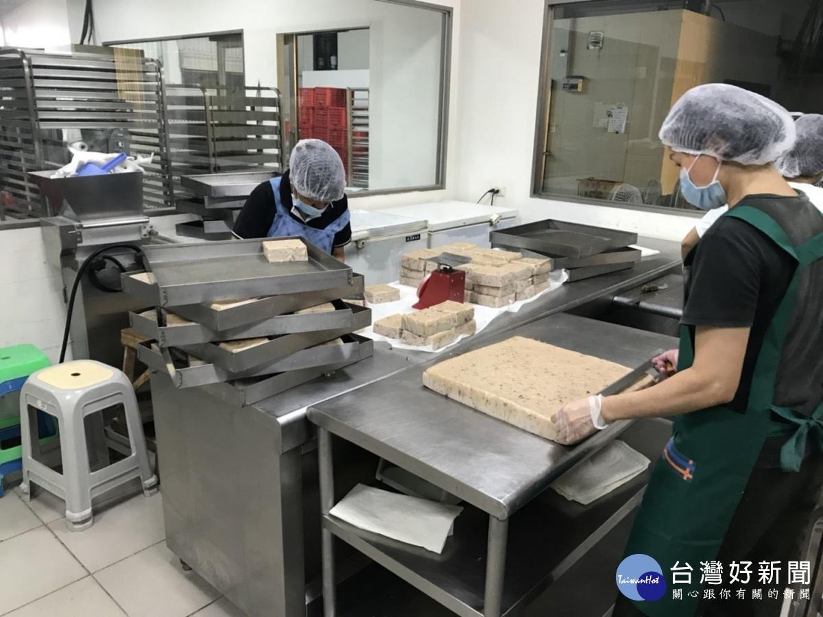 市府稽查未登記食品工廠-蘿蔔糕食品製造 。(圖/記者郭文君 攝)