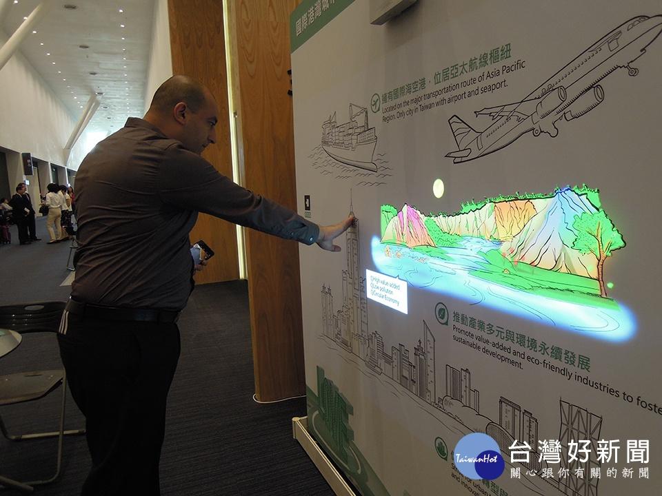 經發局打造全新互動投影牆。(圖/記者郭文君攝)
