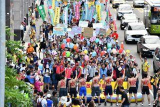 萬民創意裝扮稅改遊行 為「讓孩子留在台灣」發聲