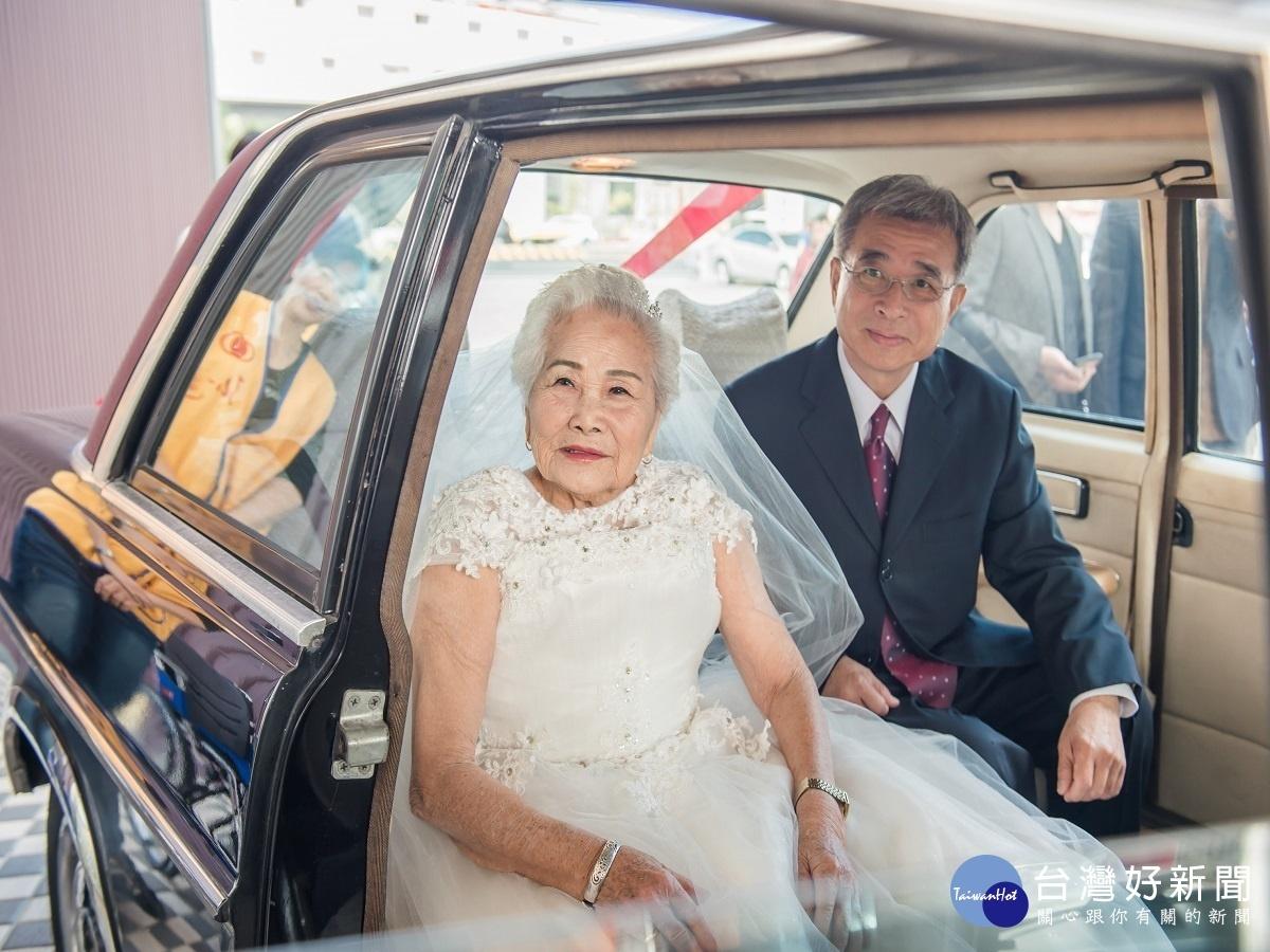 基金會寒冬助老 86歲獨居初體驗穿婚紗拍幸福照