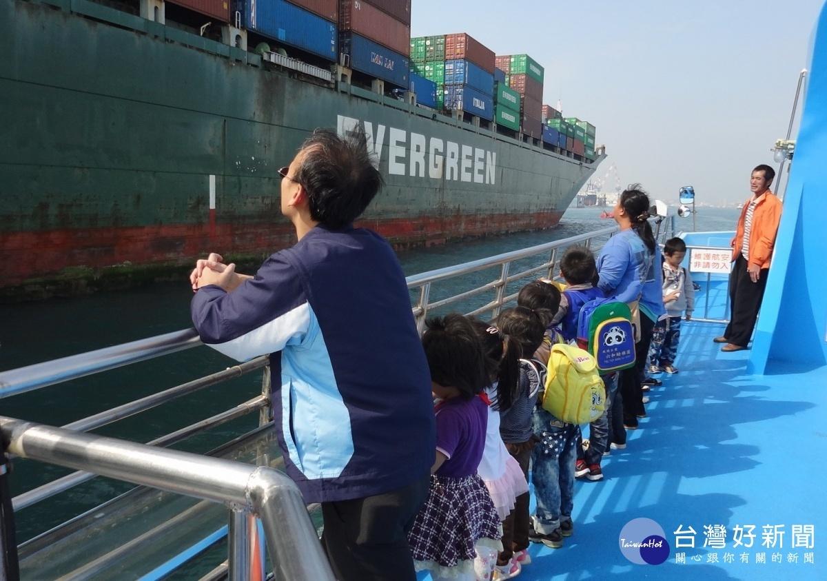 與巨大貨櫃輪擦身而過,讓偏鄉的小朋友非常震撼。(圖/記者何沛霖攝)