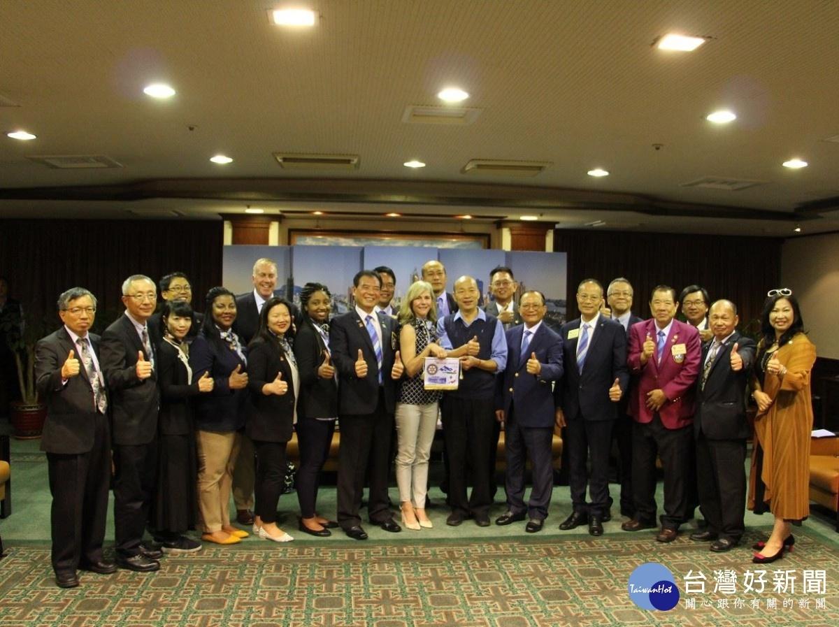國際扶輪社總監李德安與美國團體研究交換團長Beverly Pitzer聯合拜會韓國瑜。(圖/記者郭文君攝)