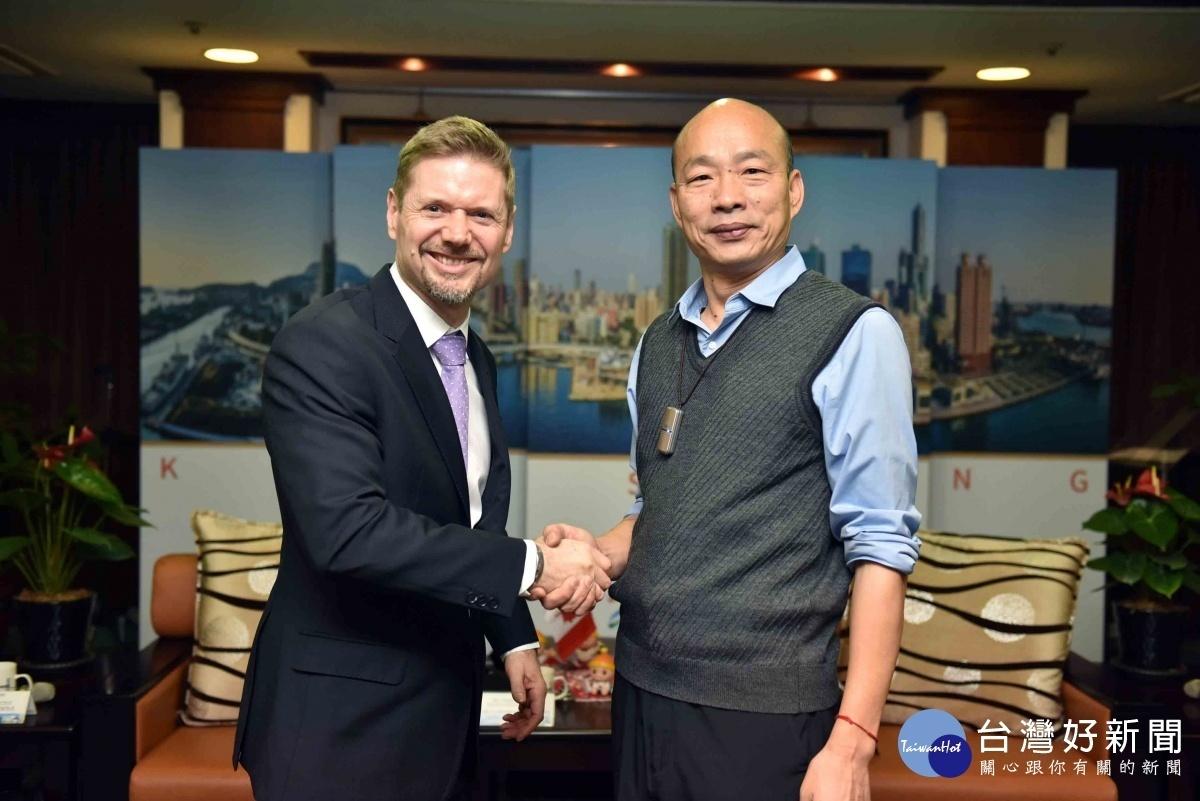 加拿大駐台北貿易辦事處代表芮喬丹(Jordan Reeves) 拜會韓國瑜市長。(圖/記者郭文君攝)