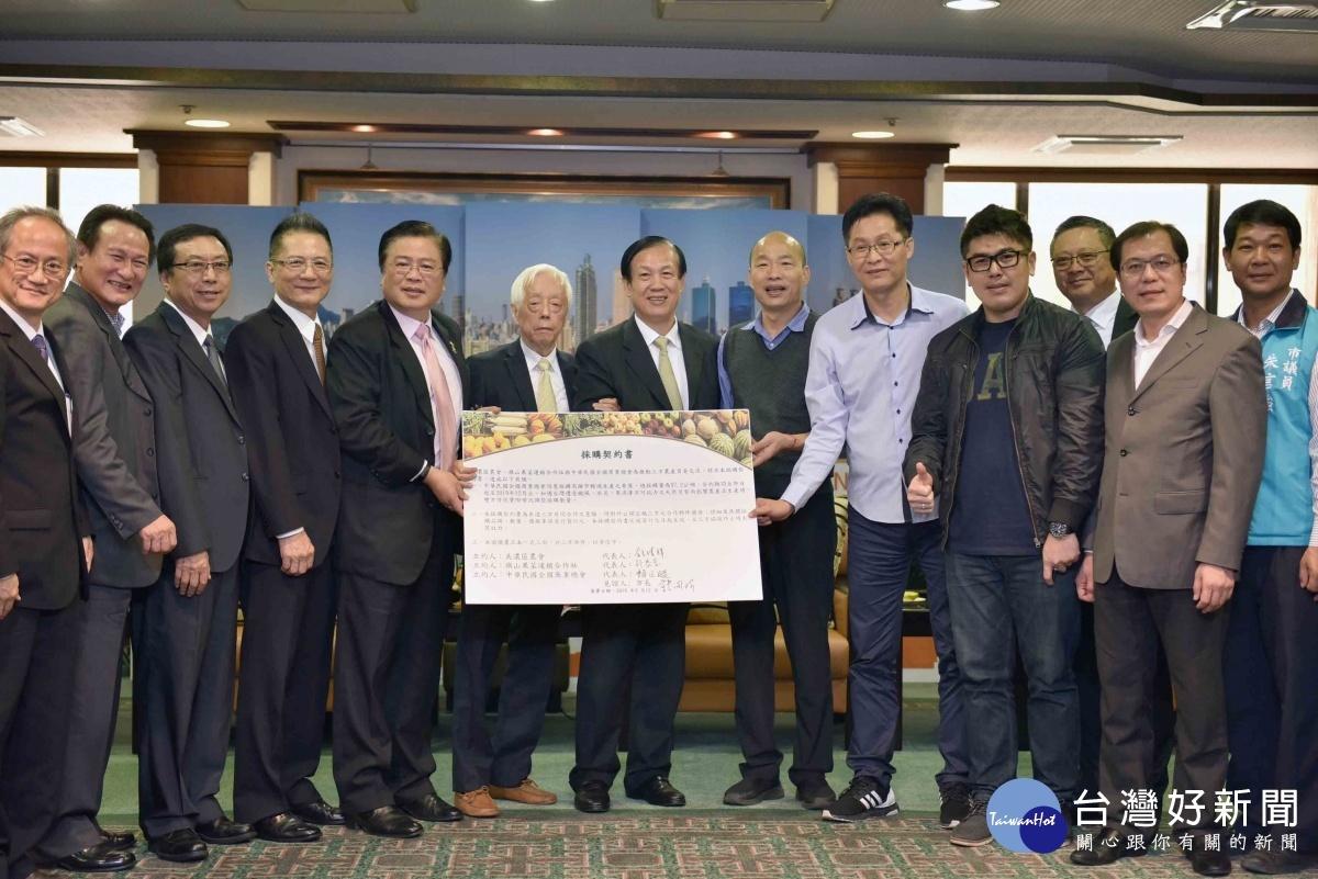 韓國瑜見證香蕉採購合約簽訂。(圖/記者郭文君攝)
