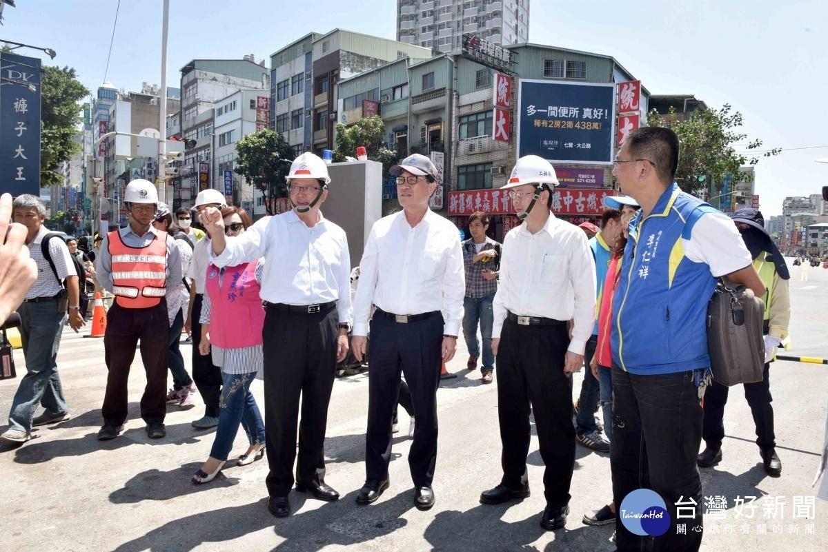 視察自立陸橋拆除工程,李四川宣布提前通車。(圖/記者何沛霖攝)