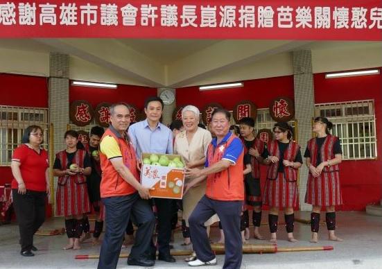 高雄市議長代表議會捐贈芭樂關懷憨兒。(圖/記者何沛霖攝)
