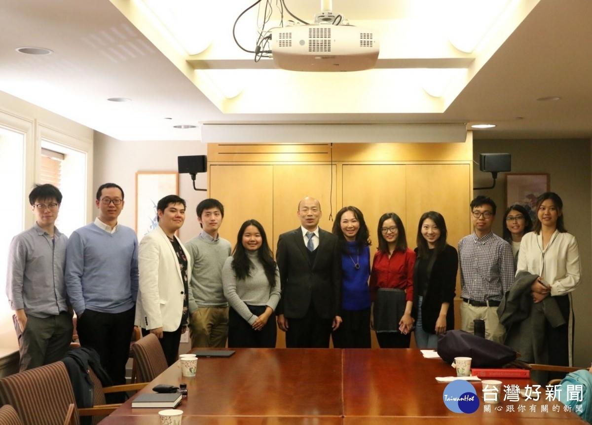 韓國瑜與史丹佛大學學生座談。(圖/記者何沛霖攝)