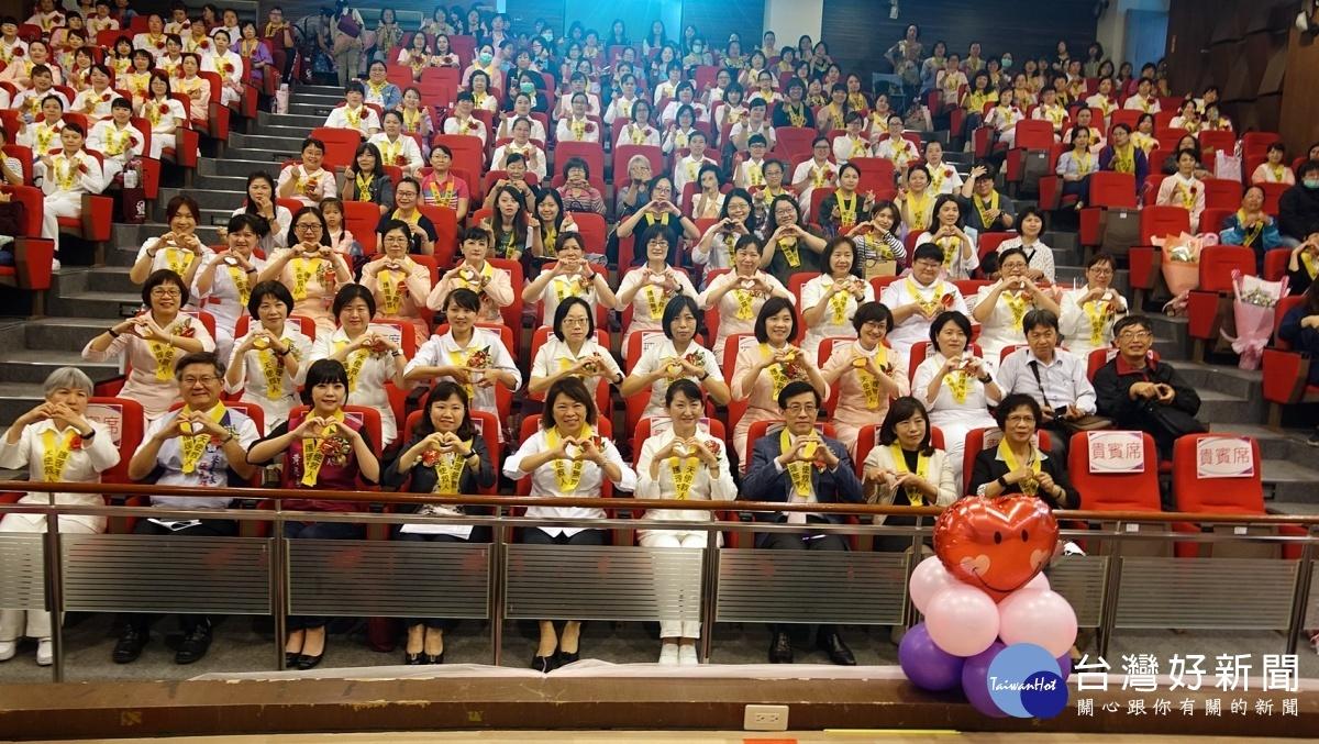 慶祝國際護師節 黃敏惠表揚優良、資深護理人員