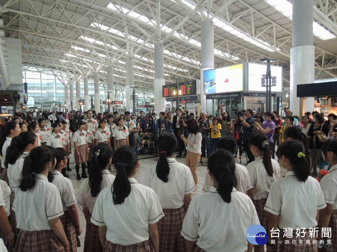高雄市文府國中合唱團前來演唱,將高鐵車站化為公共藝術空間,讓左營站洋溢著溫馨與祝福的氣氛。(圖/記者郭文君攝)