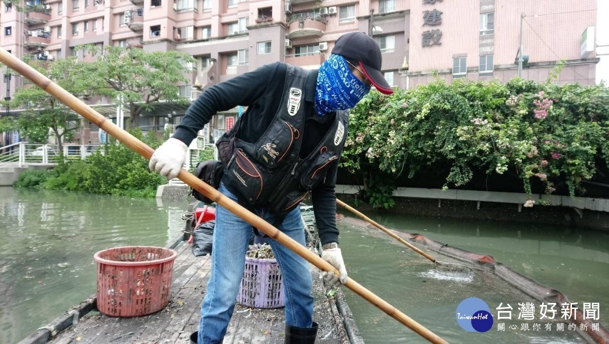 目前愛河的漂浮垃圾已大致完成清理,僅剩下零星部分將會持續打撈(圖/記者何沛霖攝)