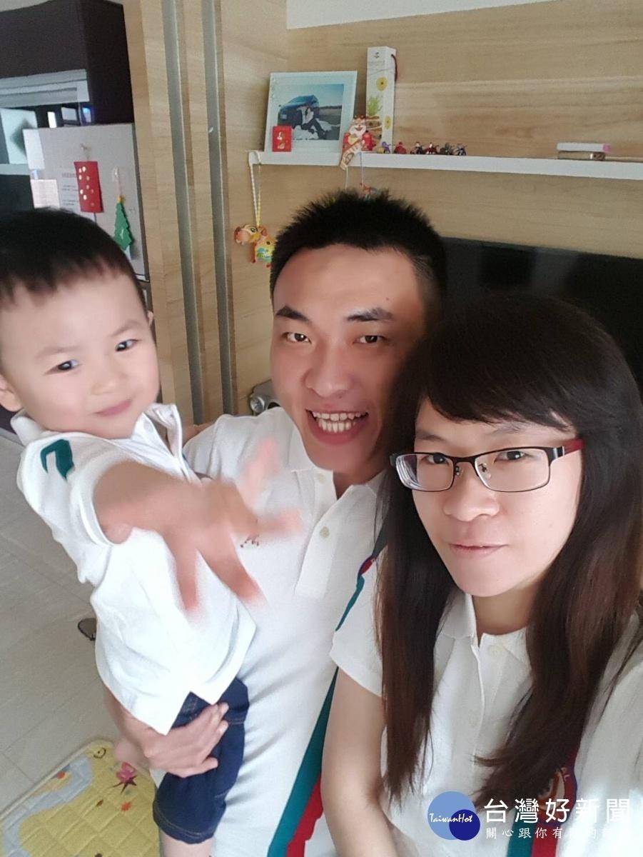 洪先生與兩個兒子同天生日。(圖/高雄市鳳山區第二戶政事務所提供)