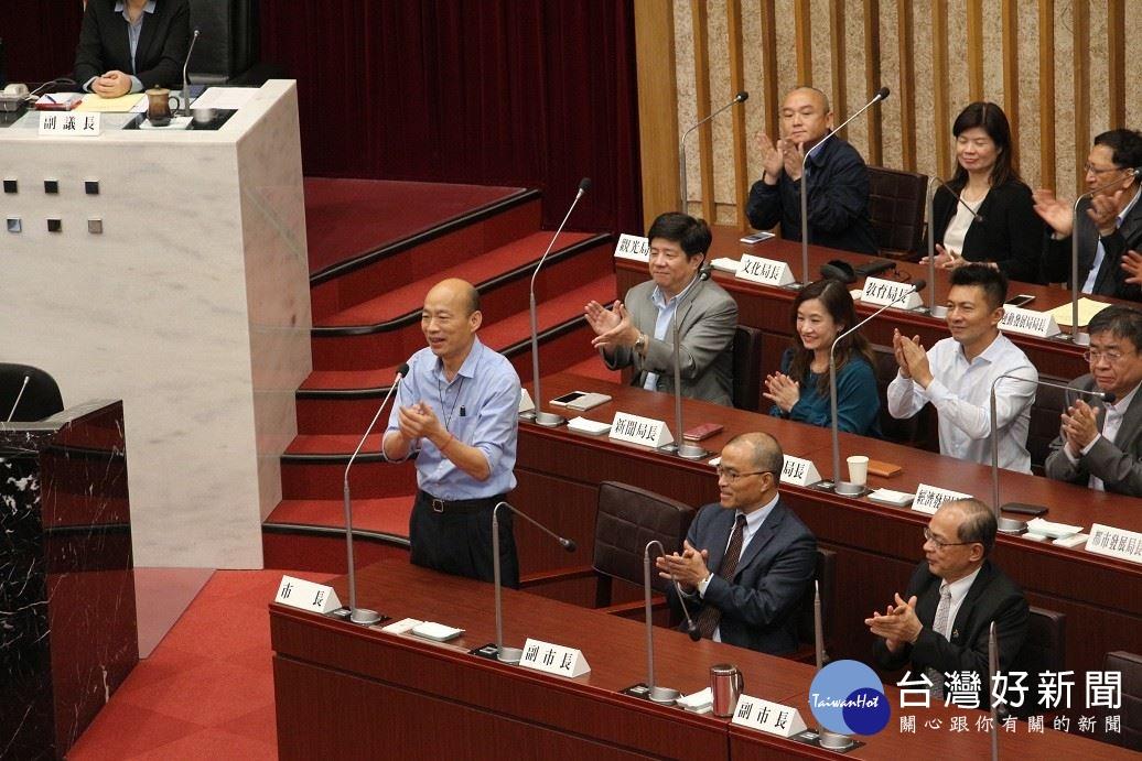韓國瑜率市府團隊至市議會致意。