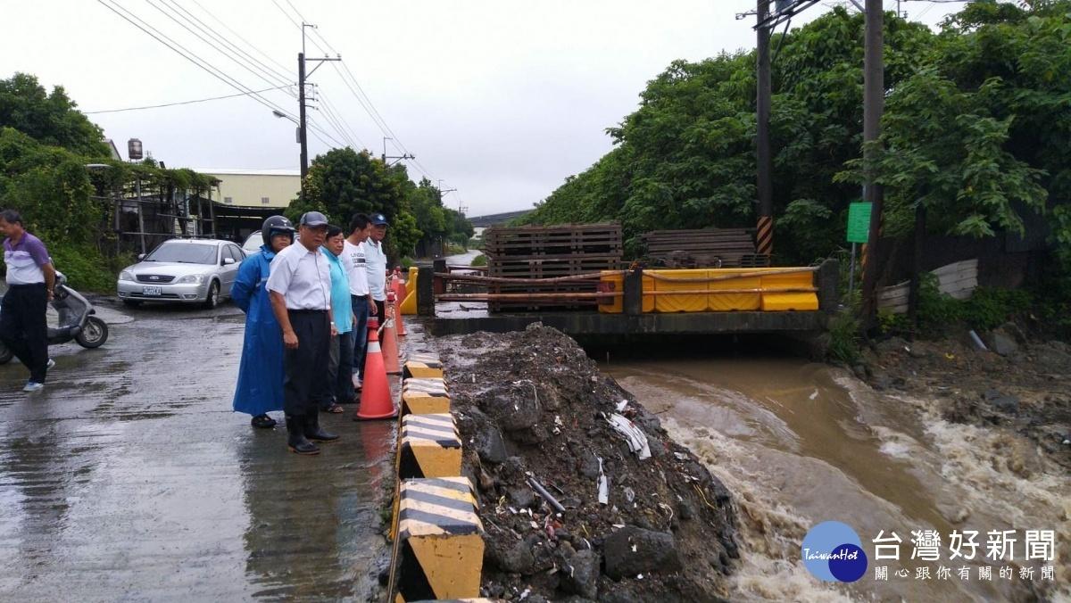 大寮區24小時累計雨量破百,區長胡俊雄勘查拷潭大排排水情形。