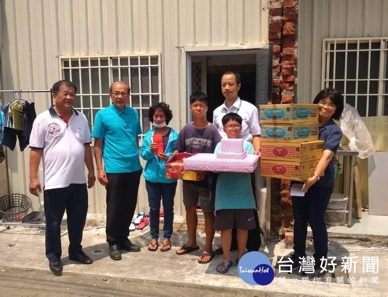 高市副市長洪東煒勤走基層,致贈低收入新移民李女士生活物資及慰問金。