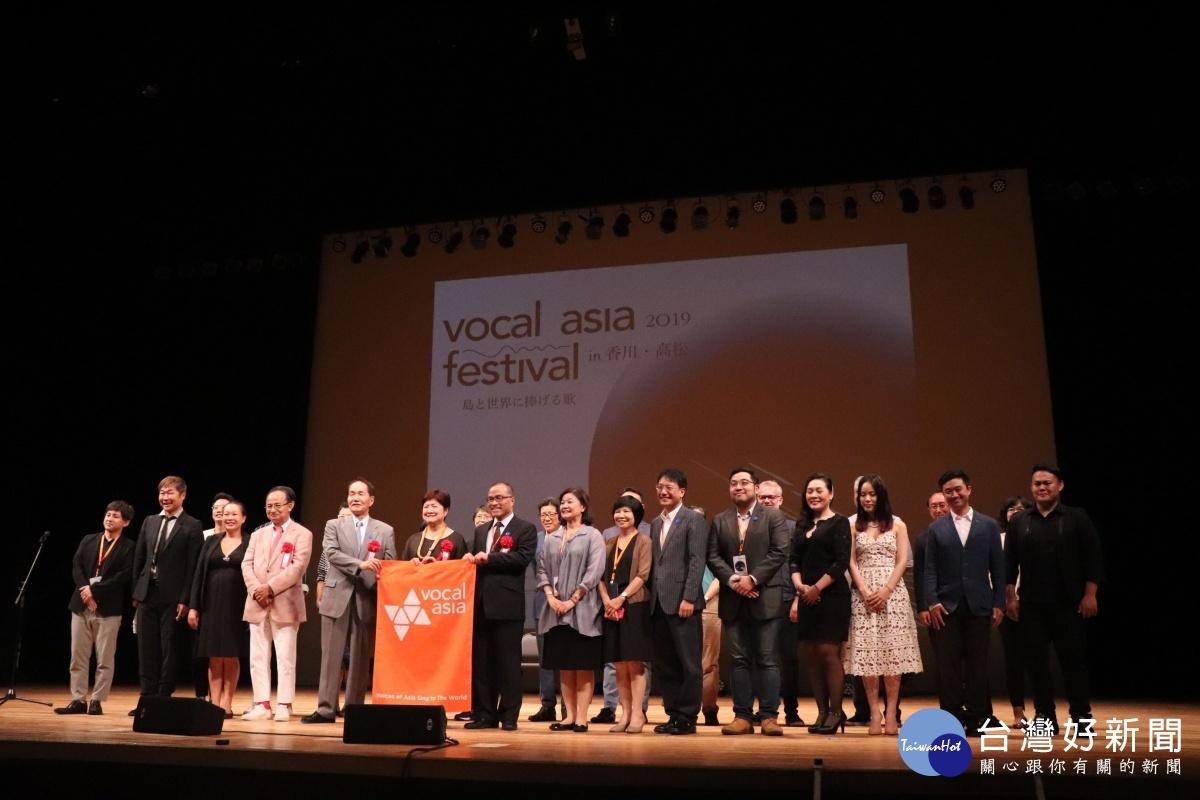 2020亞洲阿卡貝拉國際藝術節在高雄,葉匡時副市長於2019阿卡貝拉藝術節接下主辦旗。