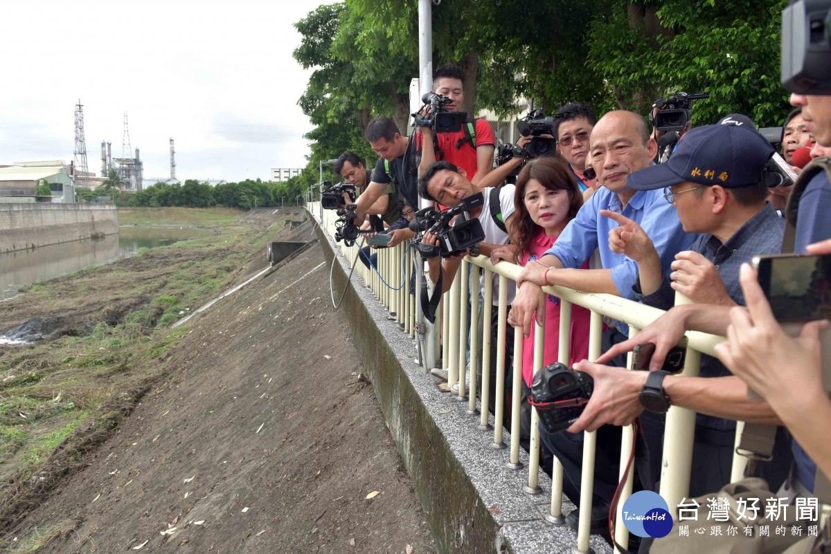 高雄市長韓國瑜視察後勁溪曲道清疏工程。