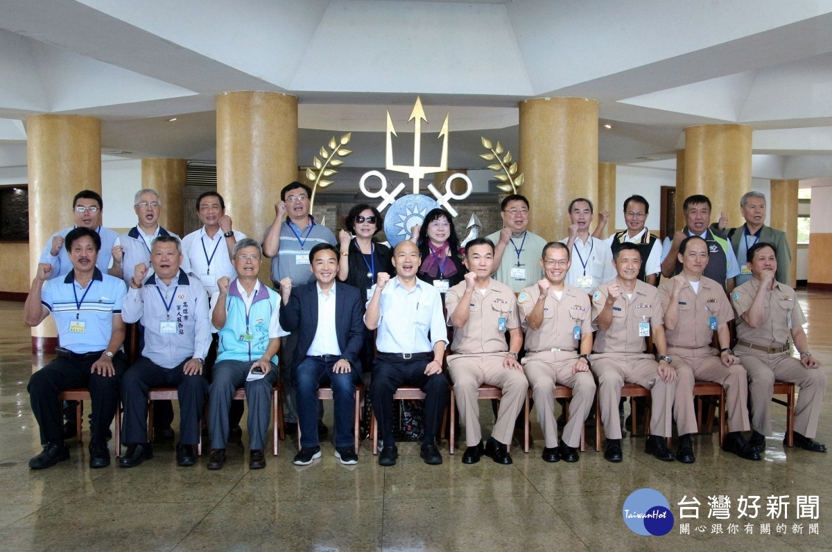 高雄市長韓國瑜前往左營海軍艦隊指揮部敬軍、致贈慰勞款。