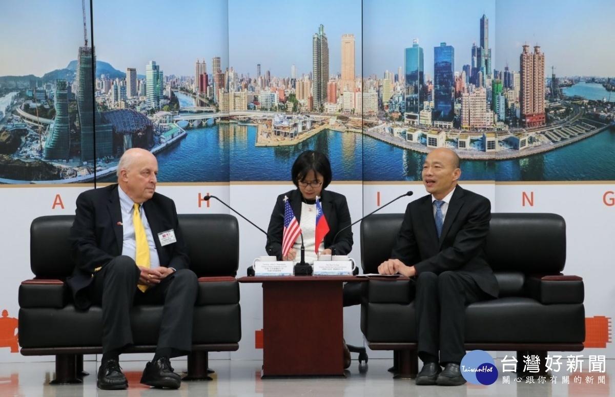 前美國副國務卿尼格羅龐提大使率美國「威爾遜國際學人中心訪問團」拜會,市長韓國瑜親自接待。