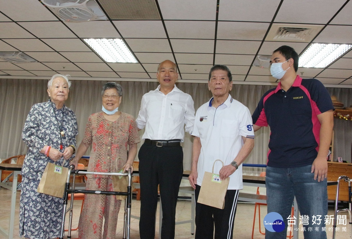 高雄市長韓國瑜走訪長青日間照顧中心,親切和長輩們互動問好。