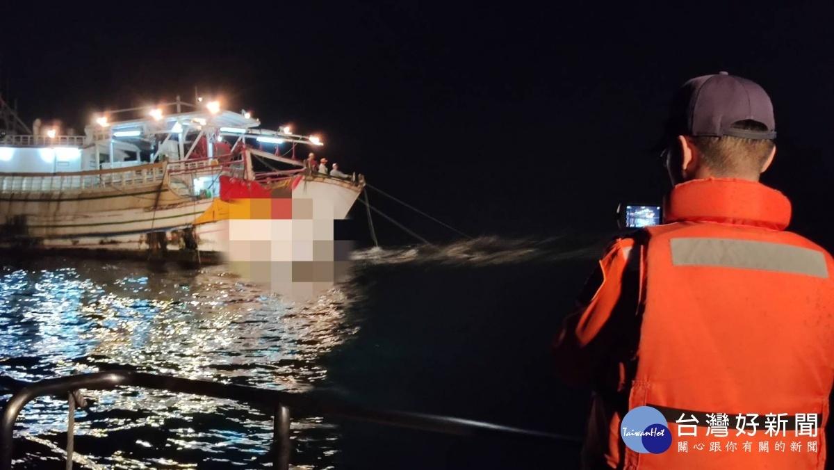 漁船摸黑違規拖網作業 布袋海巡隊蒐證送罰
