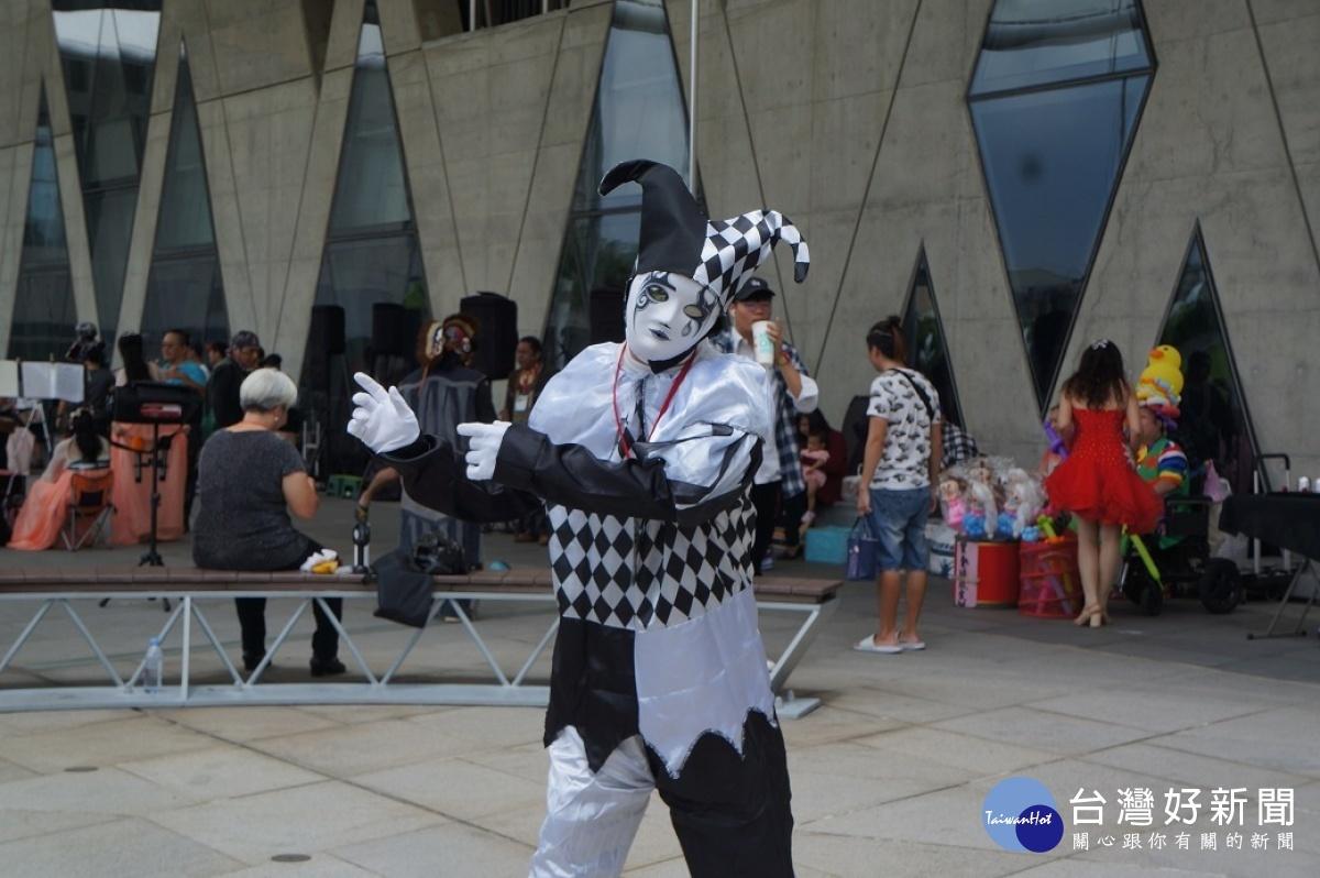 高雄市街頭藝人-小丑舞蹈表演。