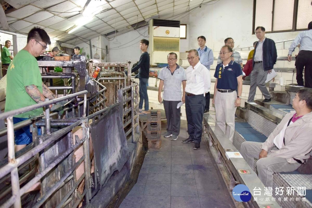 高市副市長葉匡時前往高雄肉品市場視察營運環境及豬隻拍賣現況。