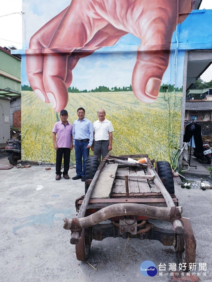 高市大寮區長胡俊雄肯定新厝里彩繪牆,新增社區亮點。