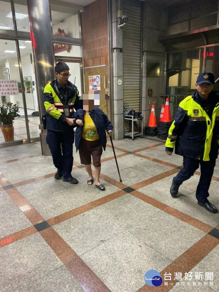 為迷途老婦披外套暖身又暖心 警協助護送返家