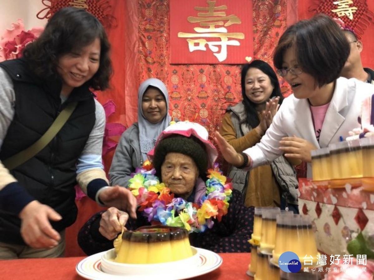 洗腎室人瑞百歲生日 辦慶生祝福平安健康