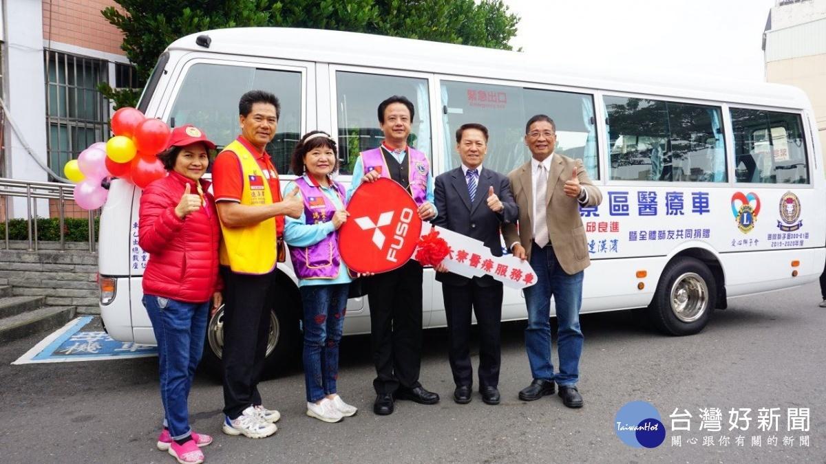 高市民政局袁副局長,代表高雄市政府接受捐車。