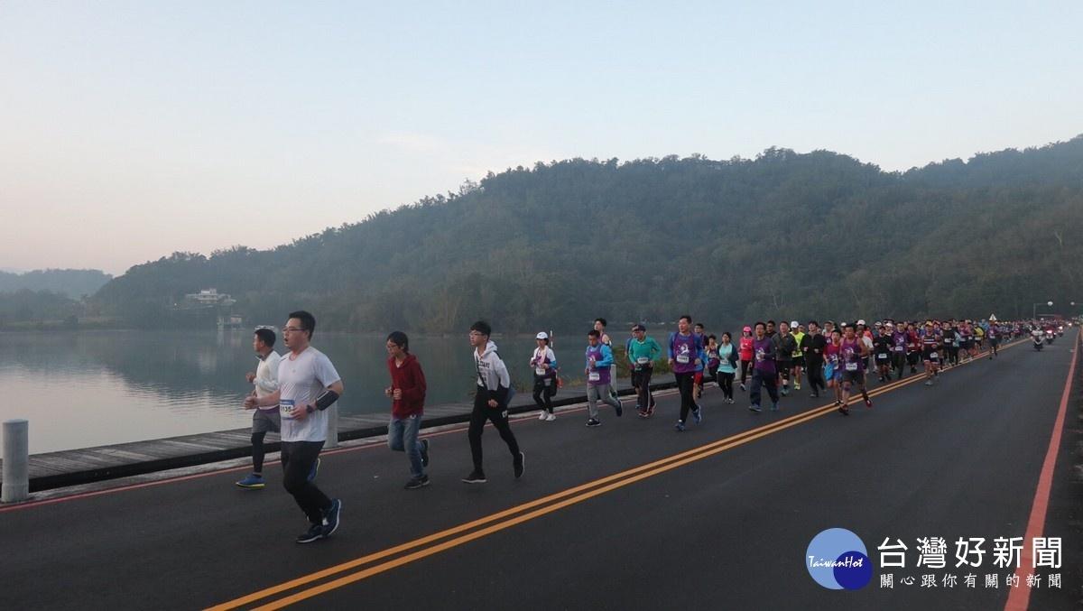 日月潭馬拉松環湖路跑賽 29國5700跑者競逐