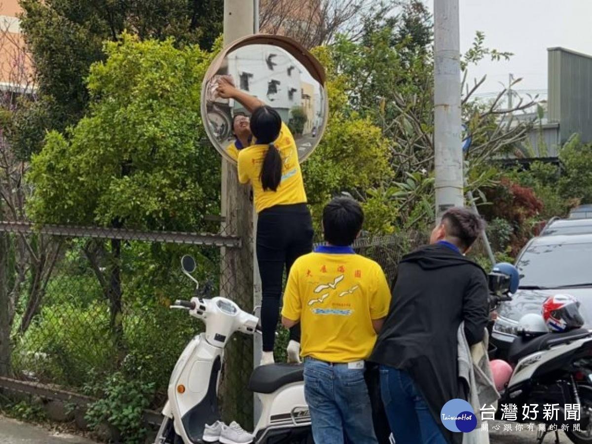 青年志工社區擦反光鏡 宣傳一日一齋祈求疫情結束