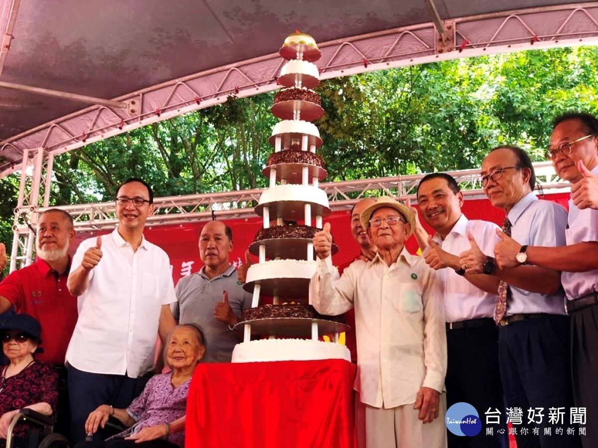 坪林區農會百週年慶 侯友宜頒贈匾額切百年蛋糕祝賀