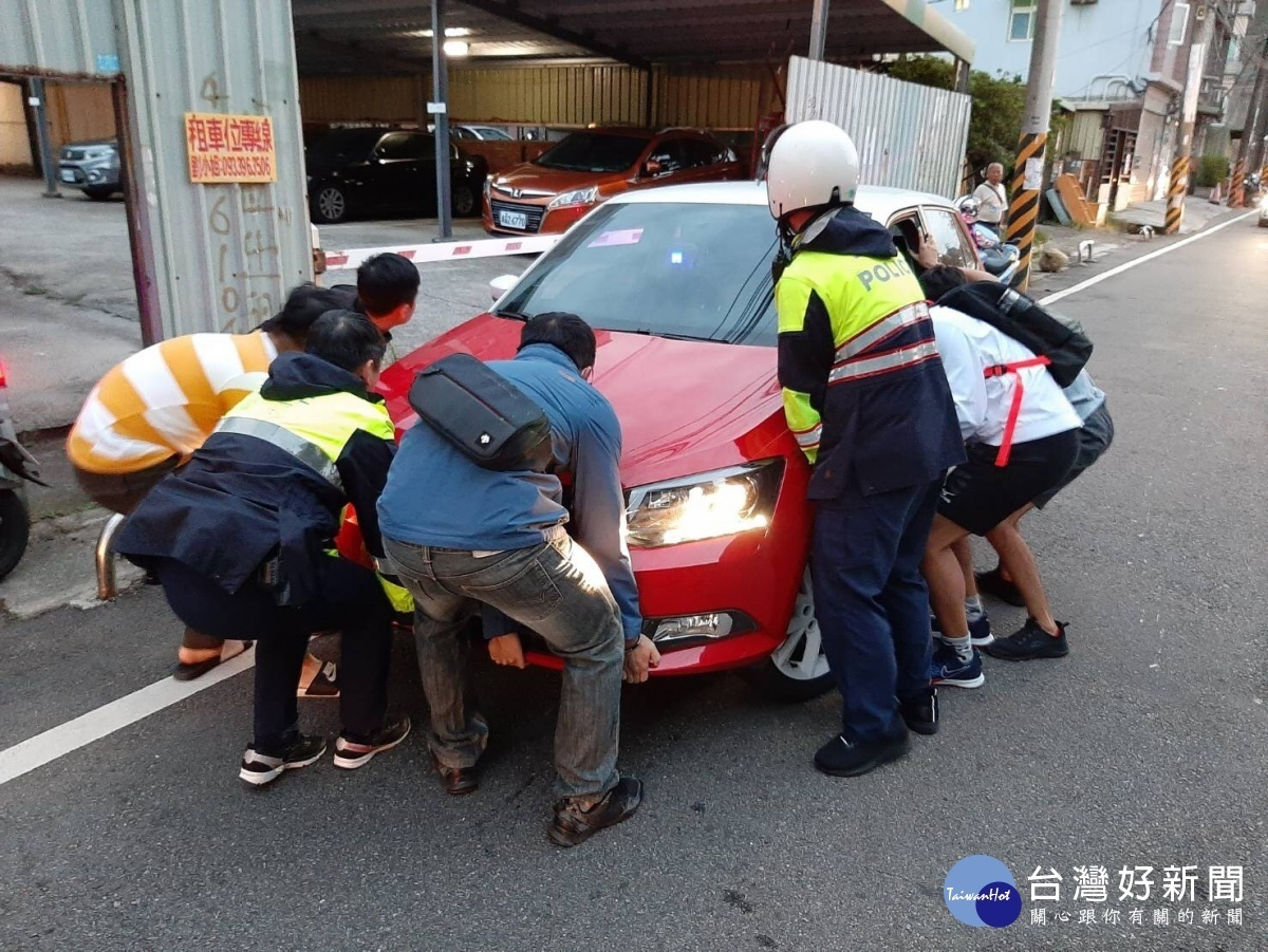 車輛自撞阻礙交通 警民合力抬車疏解