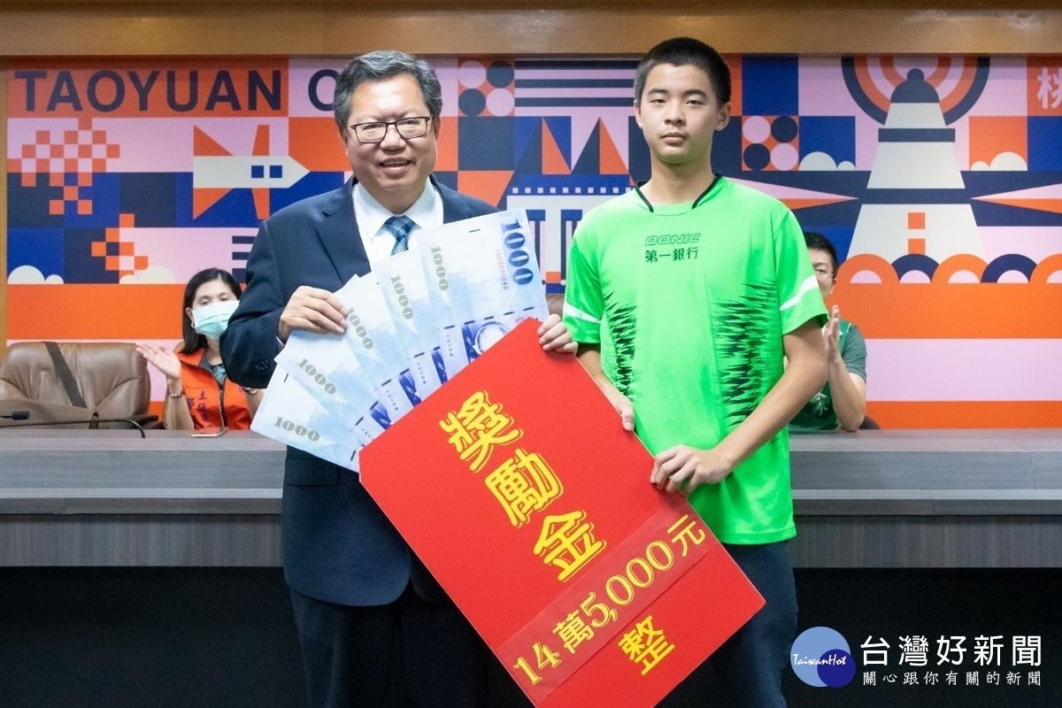 表揚桃市學校績優選手 鄭文燦盼選手在運動場上發光發熱