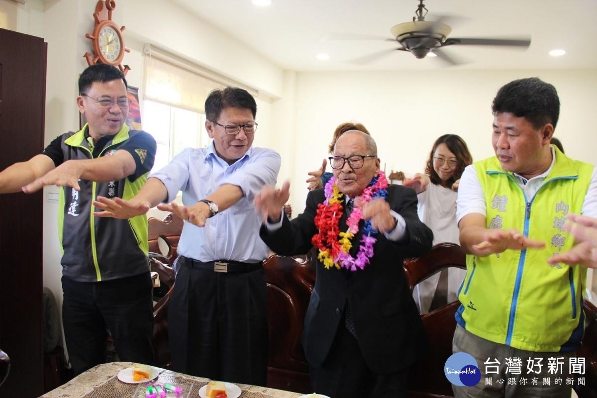 送暖迎重陽 潘孟安訪百歲老議員老鄰長送祝福