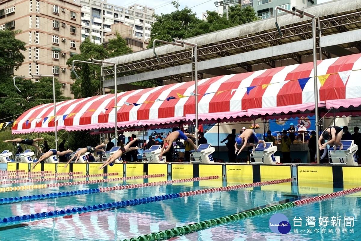 桃園市長盃游泳錦標賽開幕 483名池中蛟龍同場競技