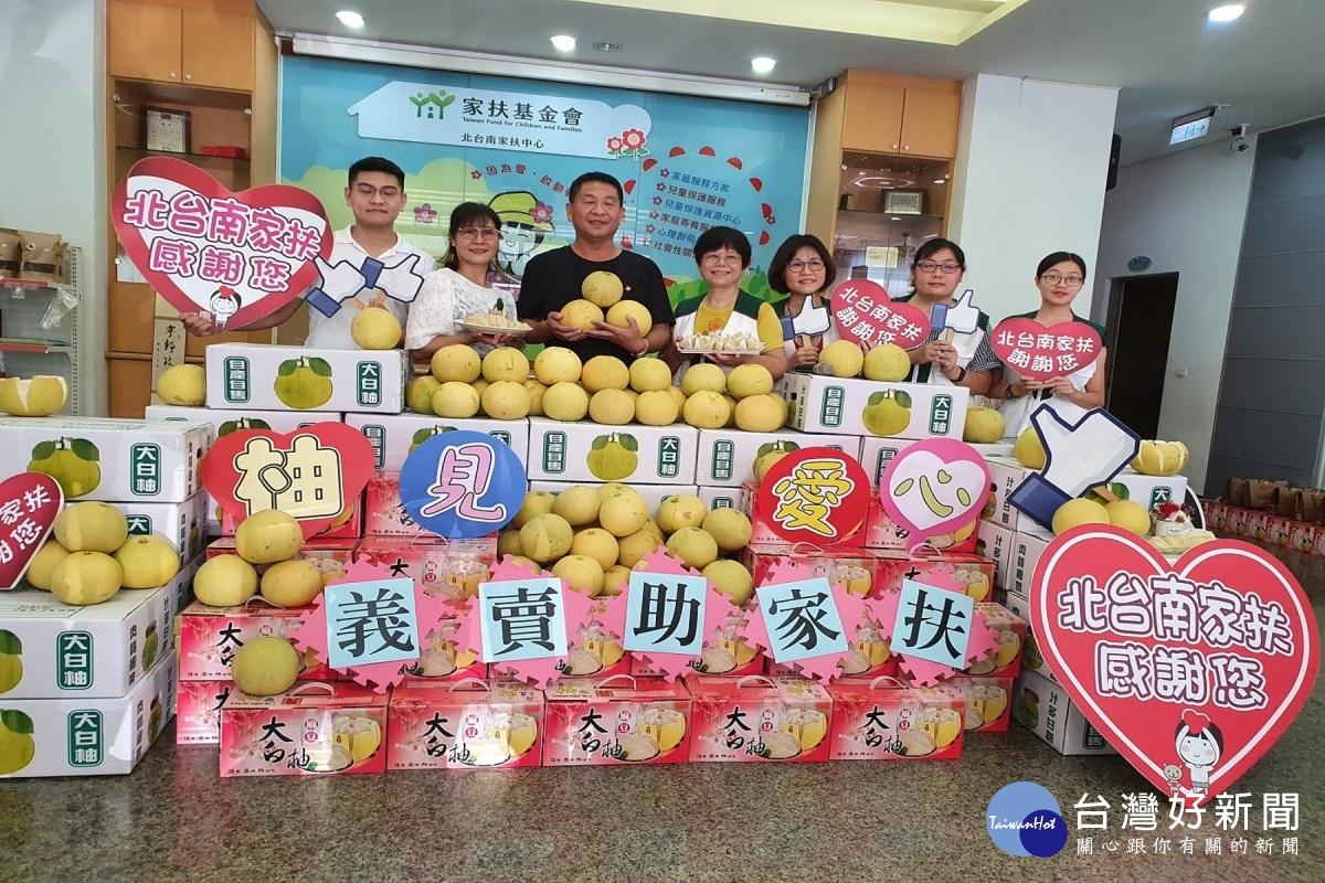 助籌寒冬送暖經費 劉賢杰捐3000斤大白柚義賣