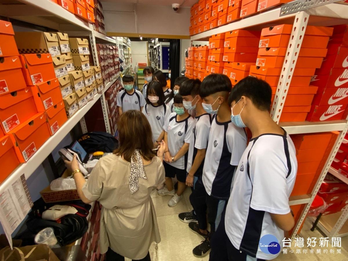 百貨公司週年慶一日店員見習 新社高中學子收穫滿滿