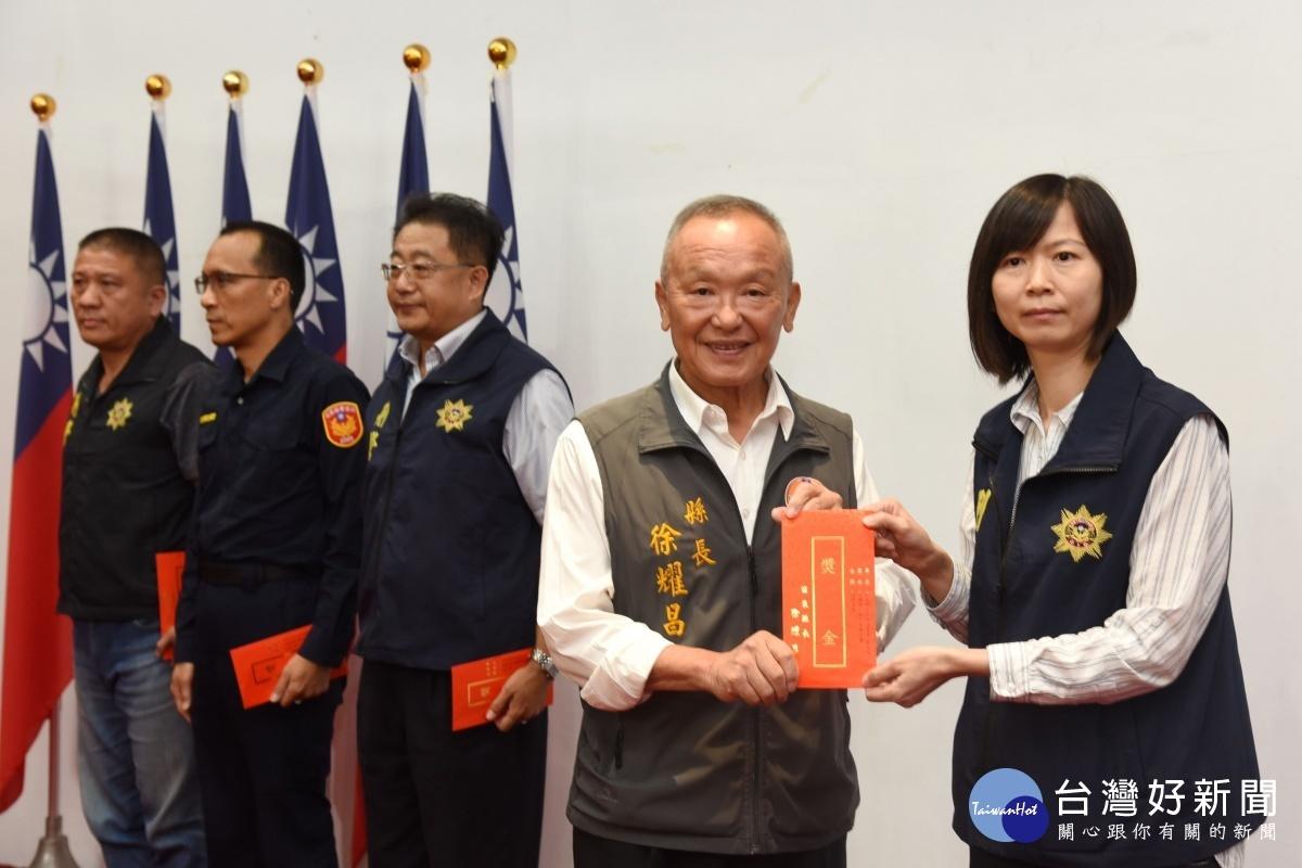 苗縣警局月報表揚績優志工員警 徐耀昌期勉打造良好治安環境