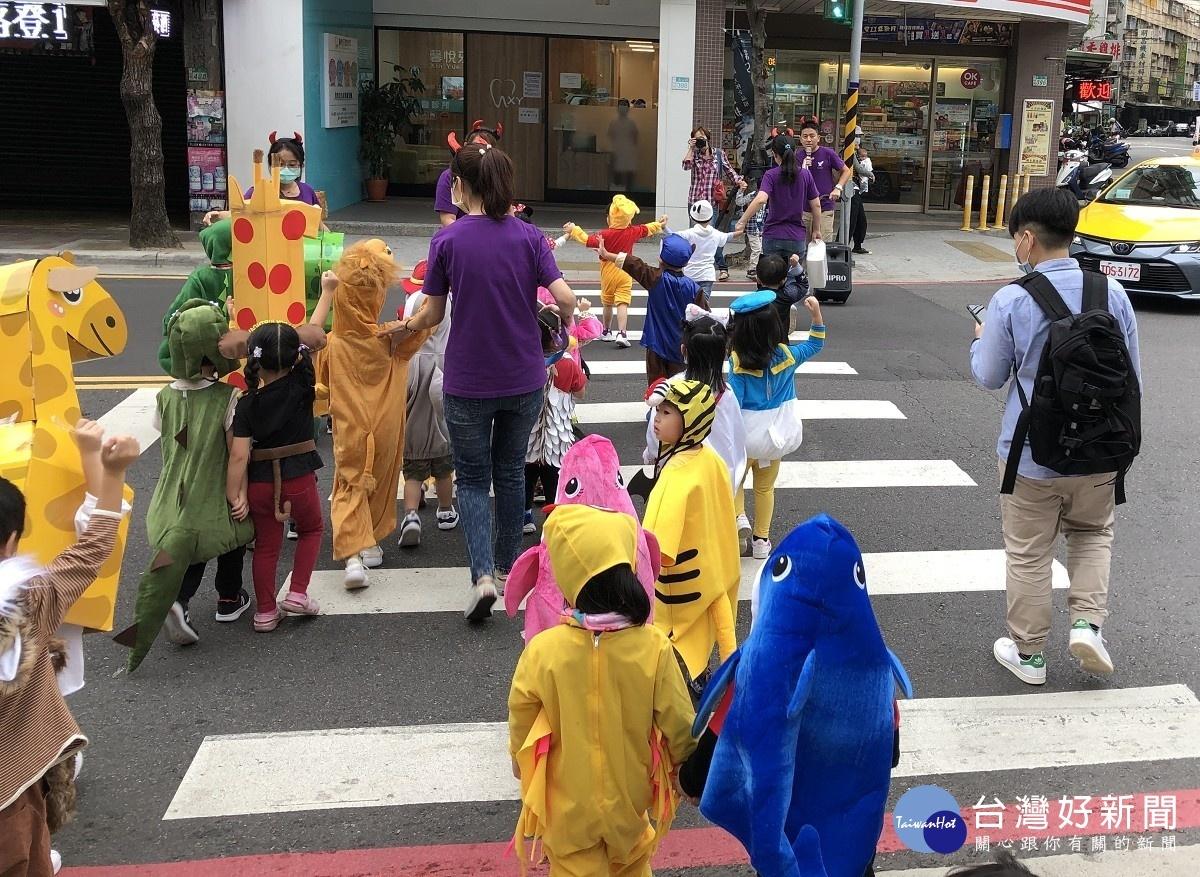 板橋監理站萬聖節遊街 小小公路導覽員宣導路口慢看停