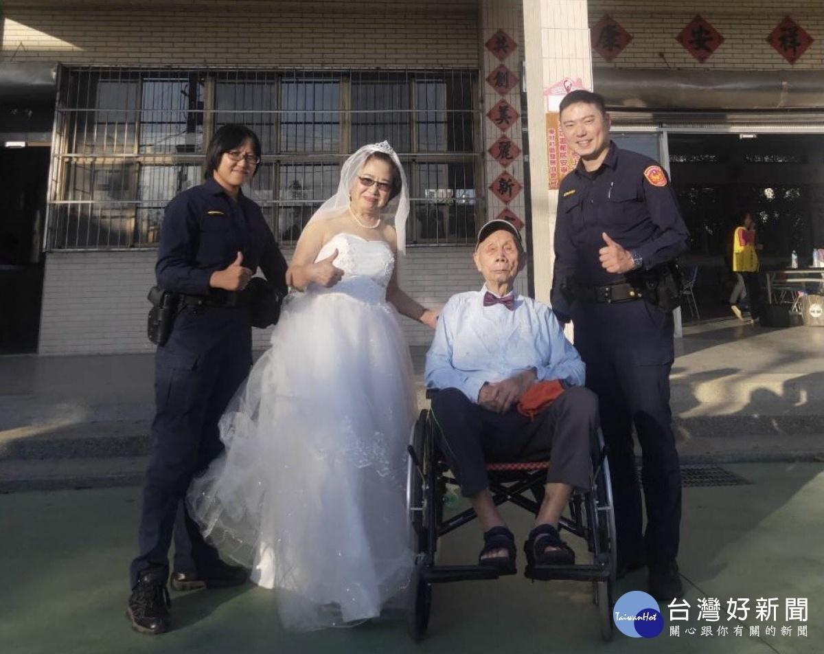 8旬老夫妻拍攝婚紗車拋錨 警駕駛巡邏車助圓夢