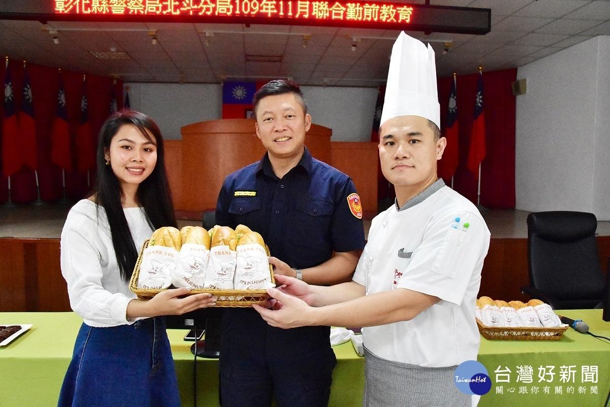 明道國際生手作百份越式法國麵包 感謝警察維護校園安全