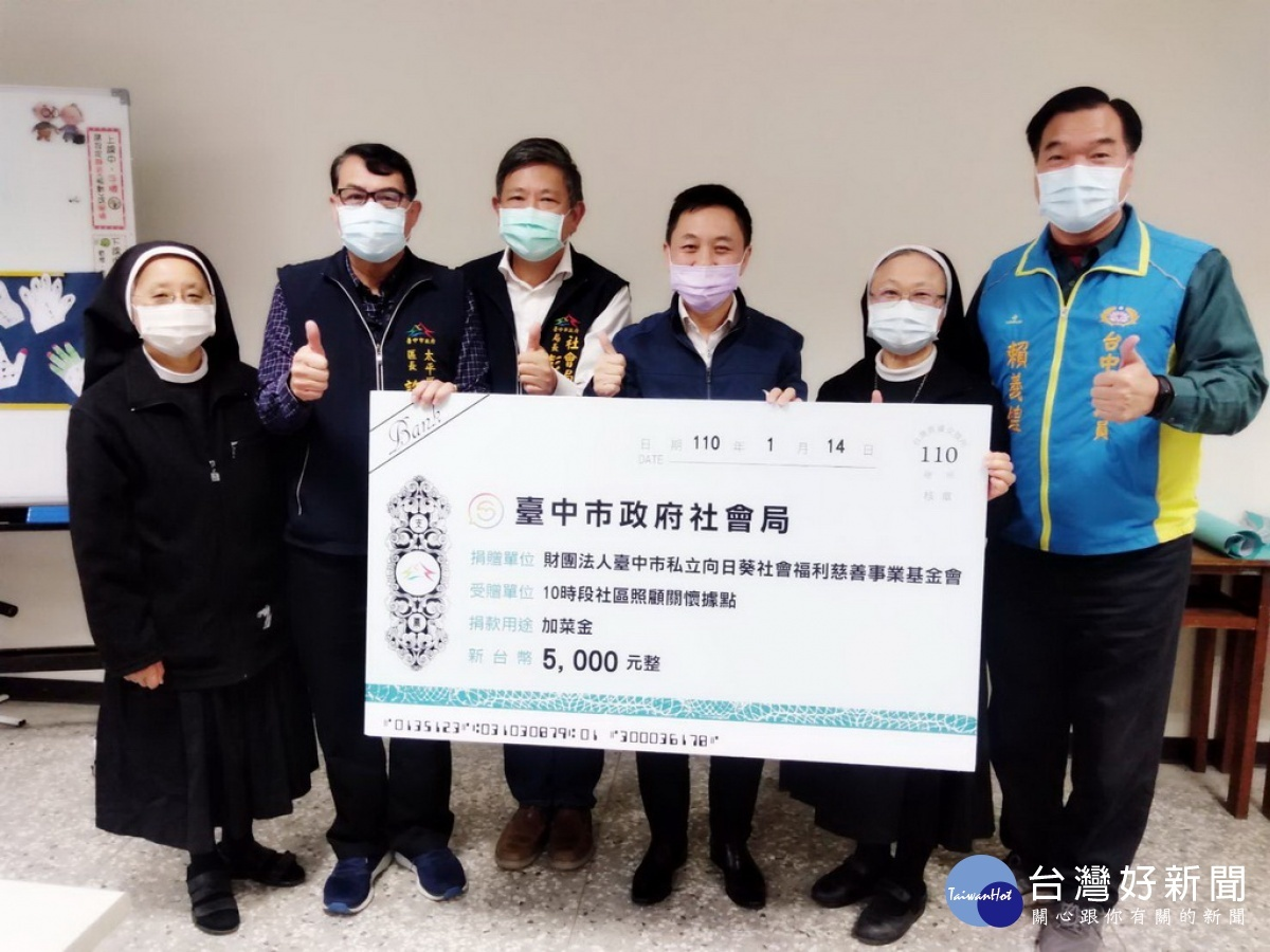 台中社會局長與長青學堂長者用餐 致贈加菜金