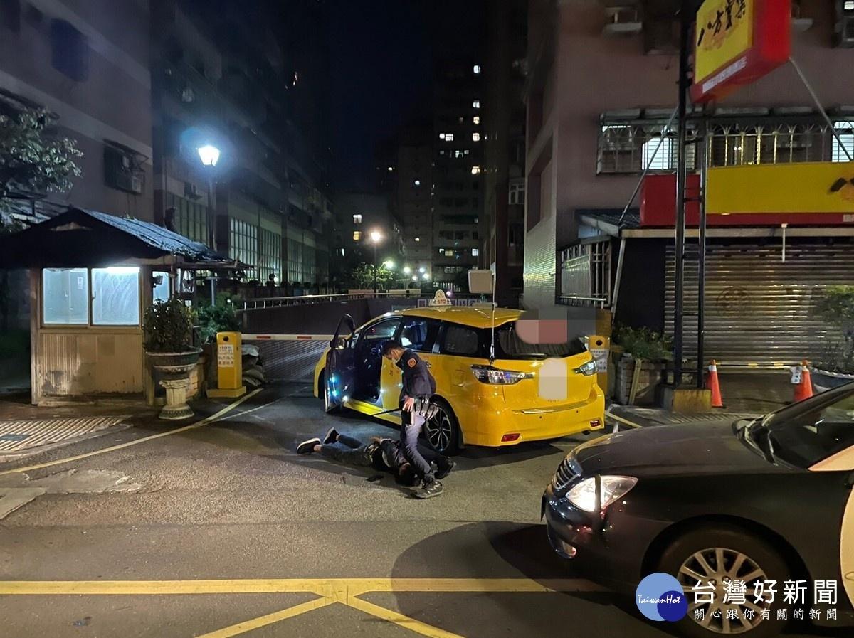 醉漢搶計程車 遭警壓制逮捕