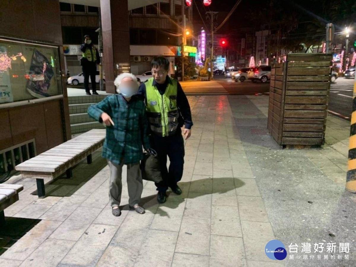 老妇外出迷途 警民合作