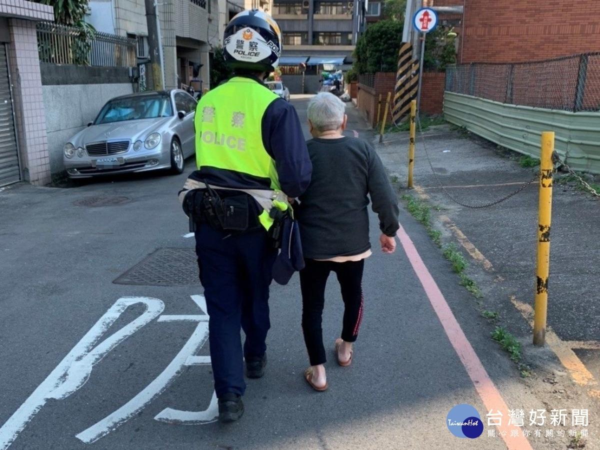 老婦人迷失街頭 暖警護送返家