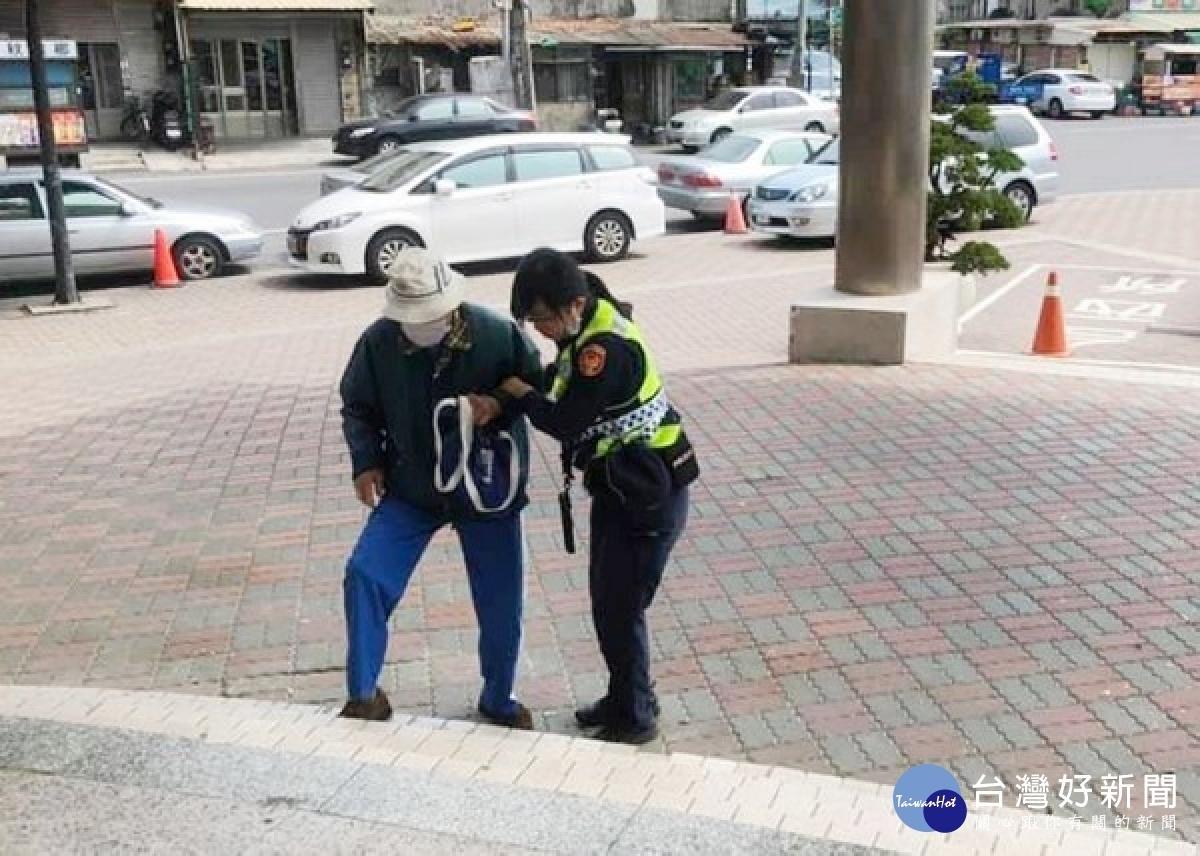 老翁行動不便孤立街頭 臺西暖警貼心守護