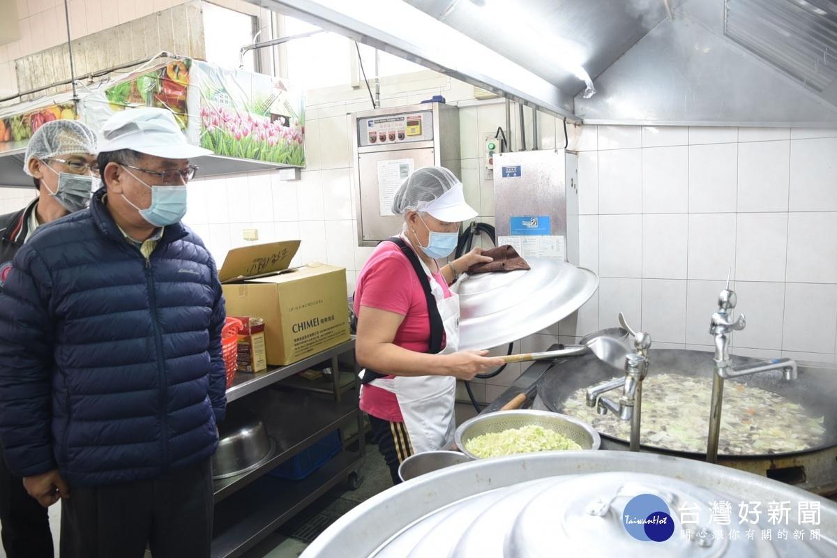 提升學校營養午餐品質 賴峰偉宣示兩年內全縣設置共廚